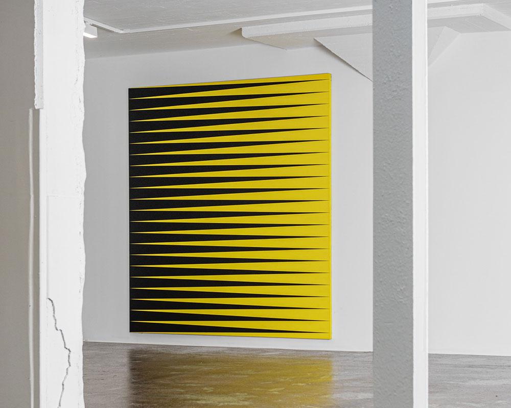 Stor grafisk tavla svart och gul i Ståhl Collection Konsthall i Norrköping