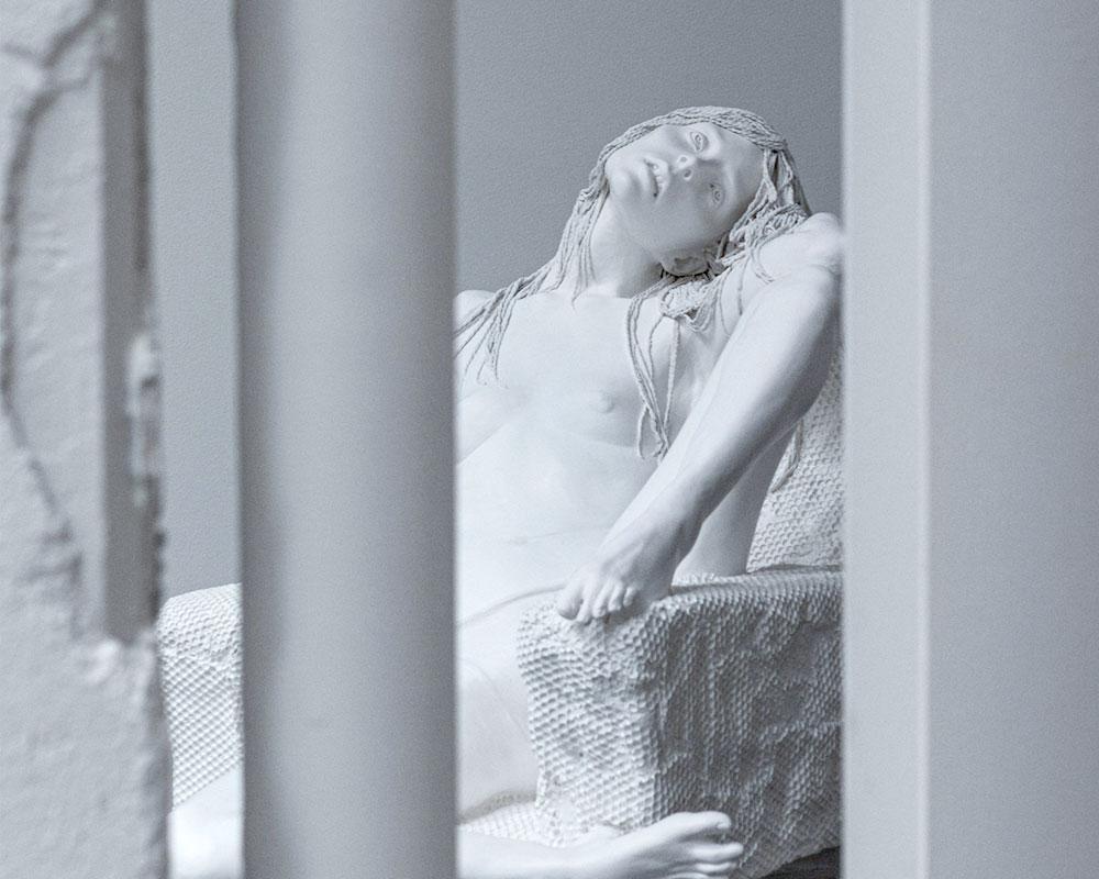 Kvinna i gips i Ståhl Collection Konsthall i Norrköping